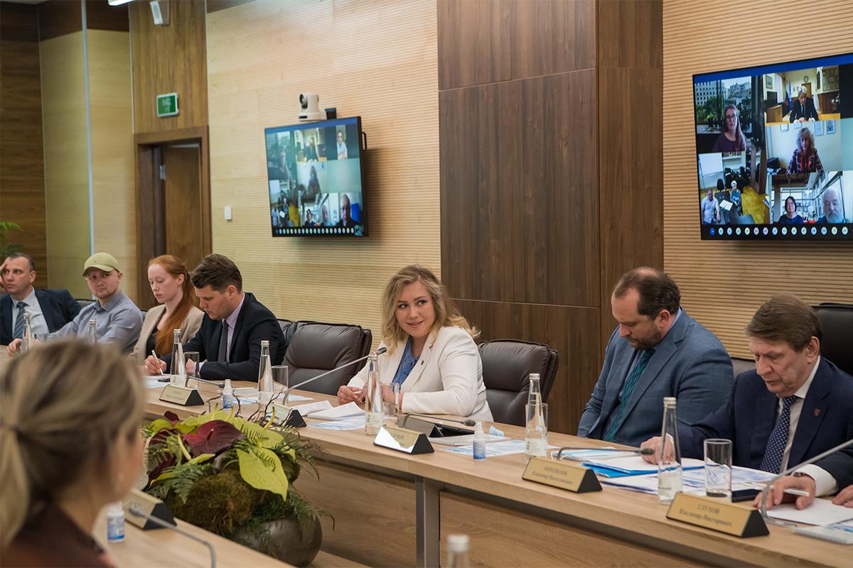 На пленарном заседании выступила депутат Законодательного Собрания Санкт-Петербурга Галина НАЗАРОВА