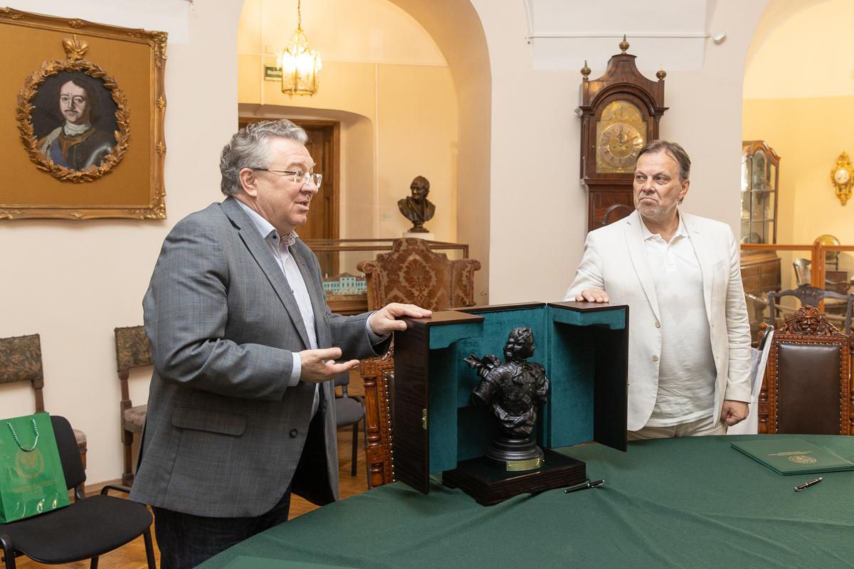 Андрей Иванович вручил памятный сувенир – бюст Петра I каслинского литья