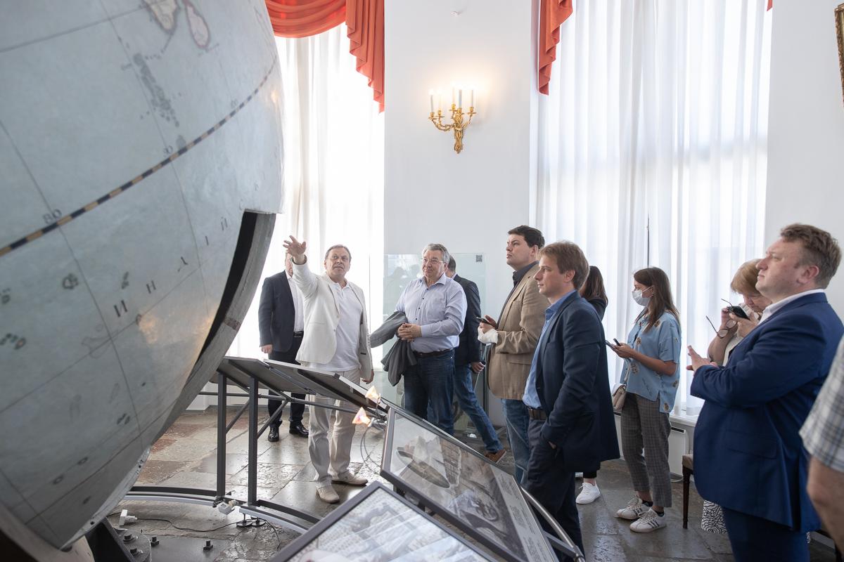 На экскурсии особое внимание было уделено глобусу