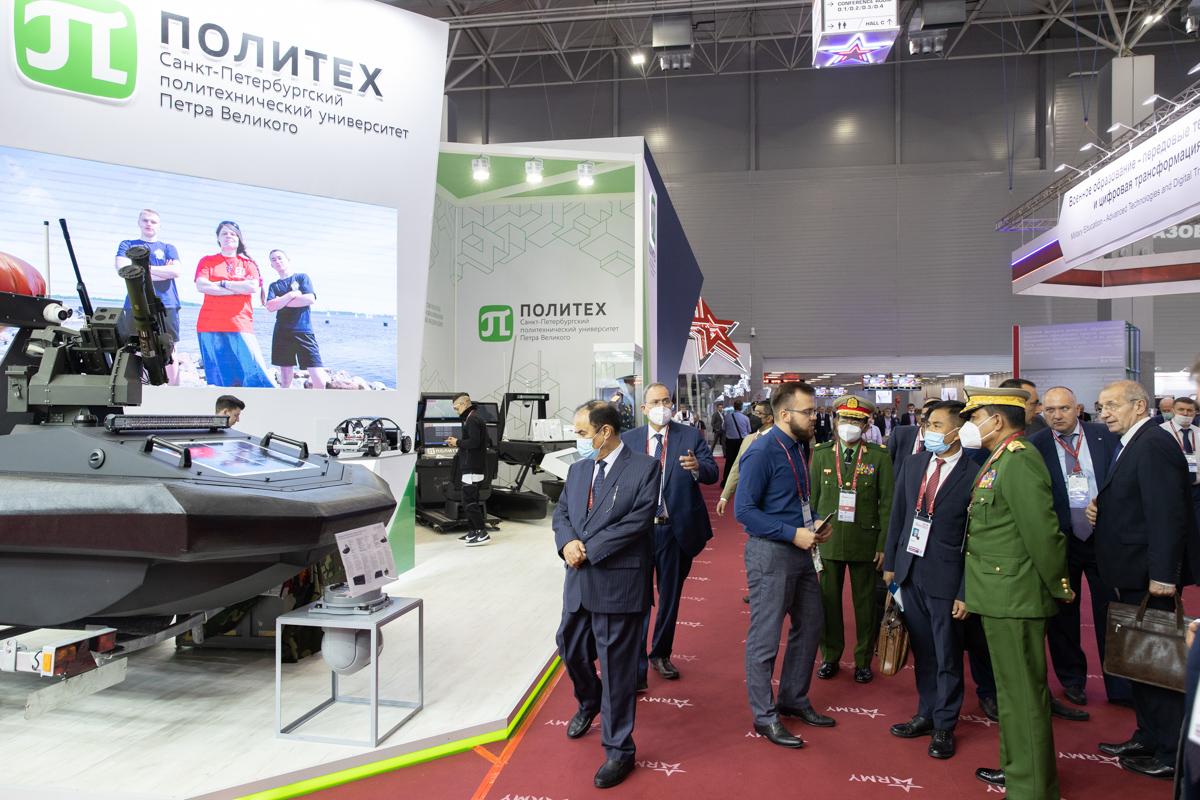 Стенд СПбПУ посетили представители специалисты и эксперты в области обороны и представители иностранных государств