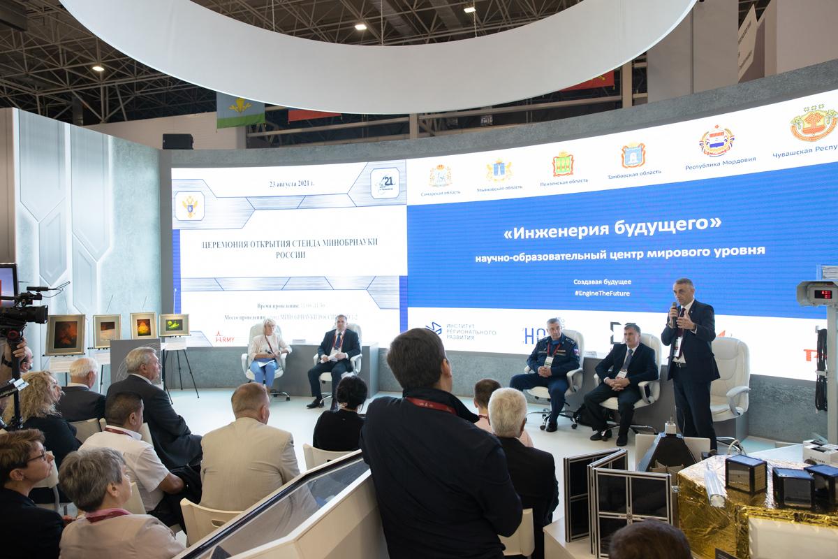 На открытии стенда Минобрнауки выступил первый проректор СПбПУ Виталий СЕРГЕЕВ