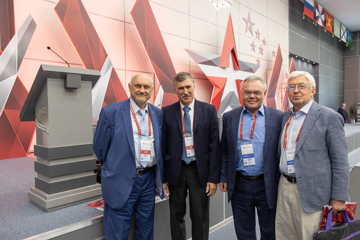 Владимир Заборовский (второй справа) с участниками круглого стола