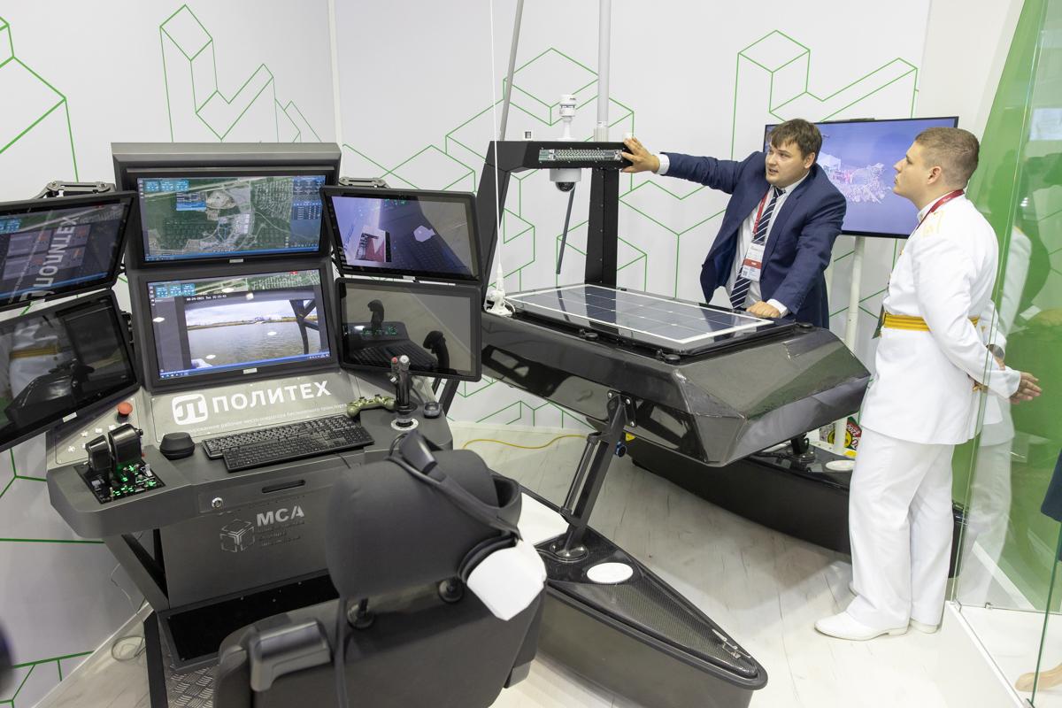 Беспилотная надводная платформа-лаборатория «Кадет-М» и автоматизированное рабочее место, при помощи которого можно ею управлять