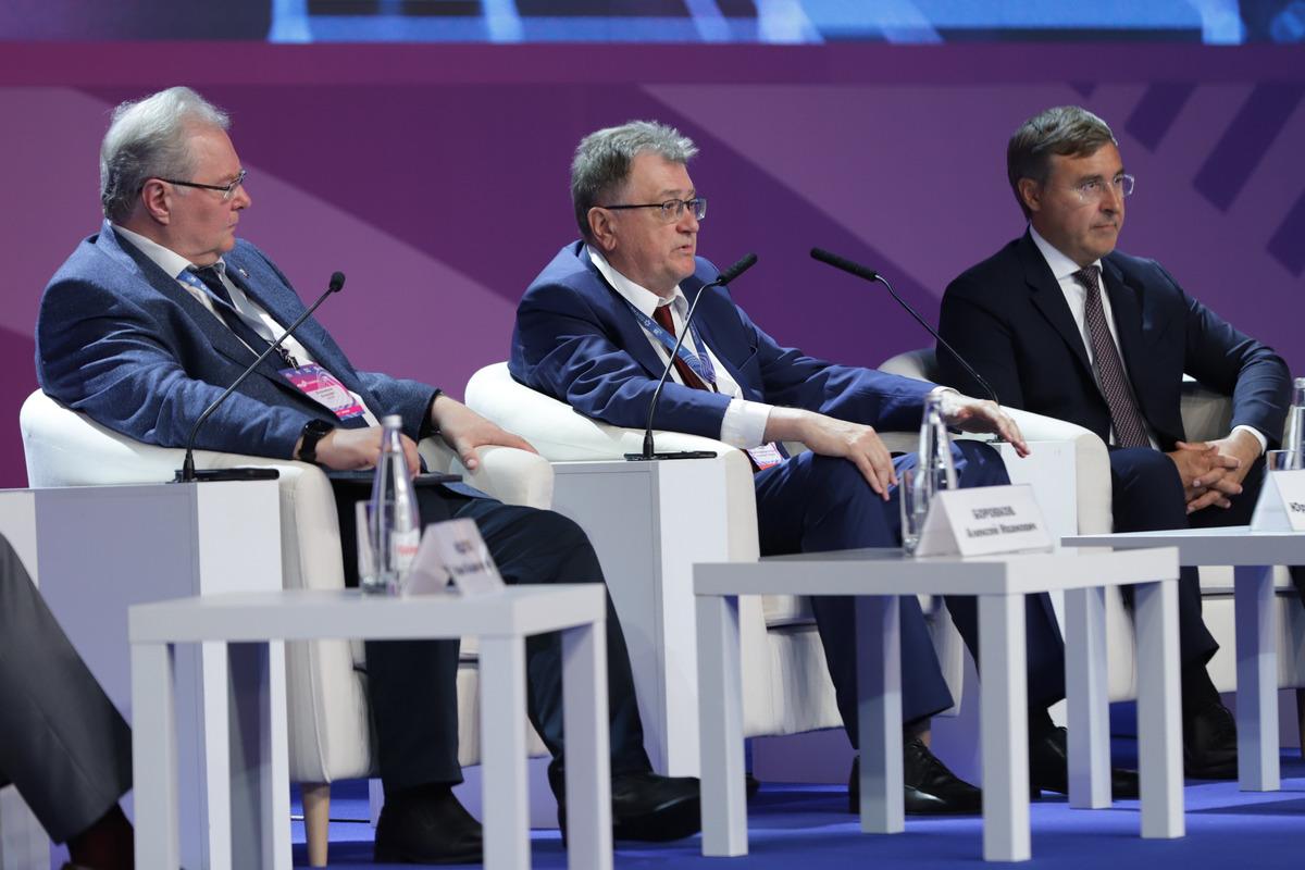 Участники пленарного заседания: Алексей Боровков, Юрий Оленин, Валерий Фальков