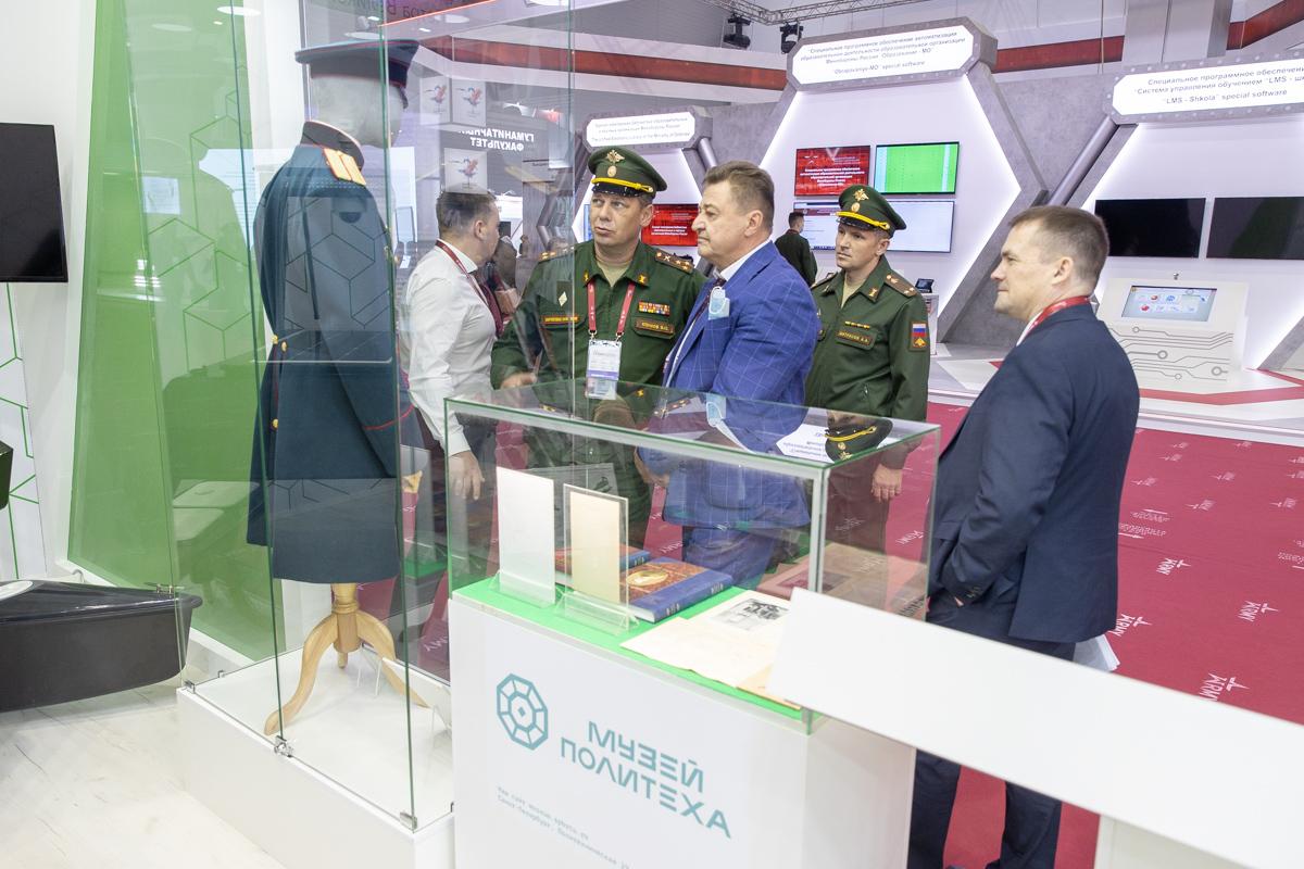 Директор Музея истории СПбПУ Валерий Климов рассказывает посетителям об исторической части экспозиции