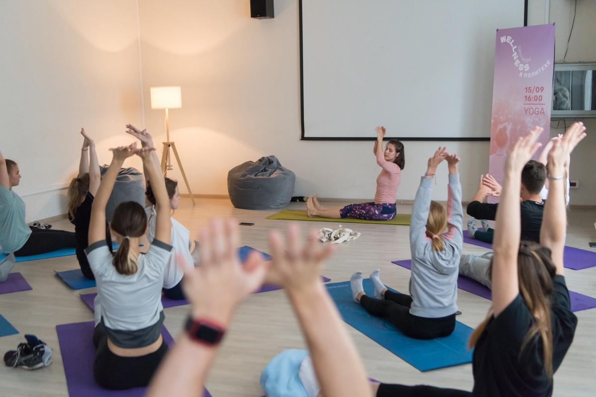Студенты смогли расслабиться на йоге