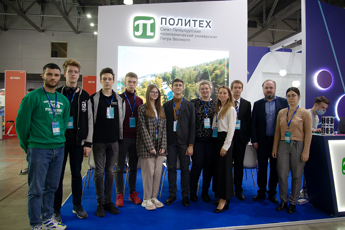 Сотрудники и студенты СПбПУ на стенде вуза