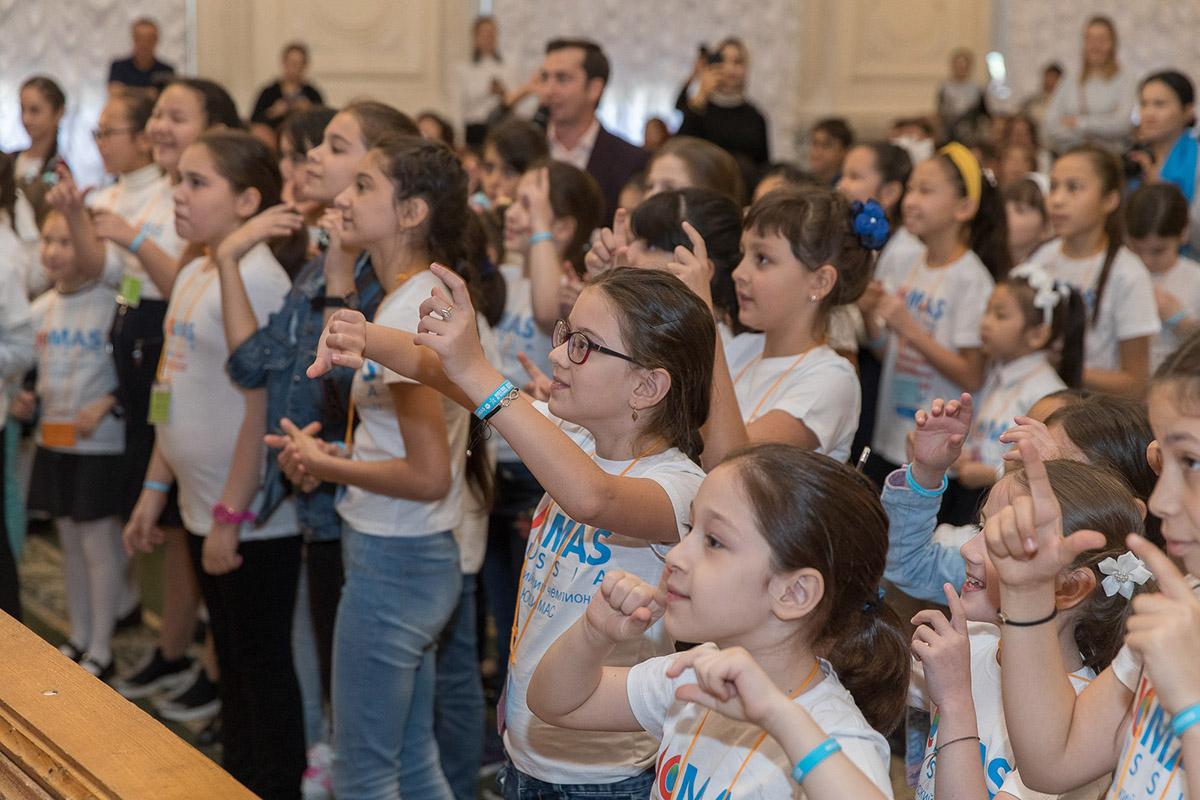 Складывая и вычитая, девочки даже успевали пританцовывать и напевать мелодии
