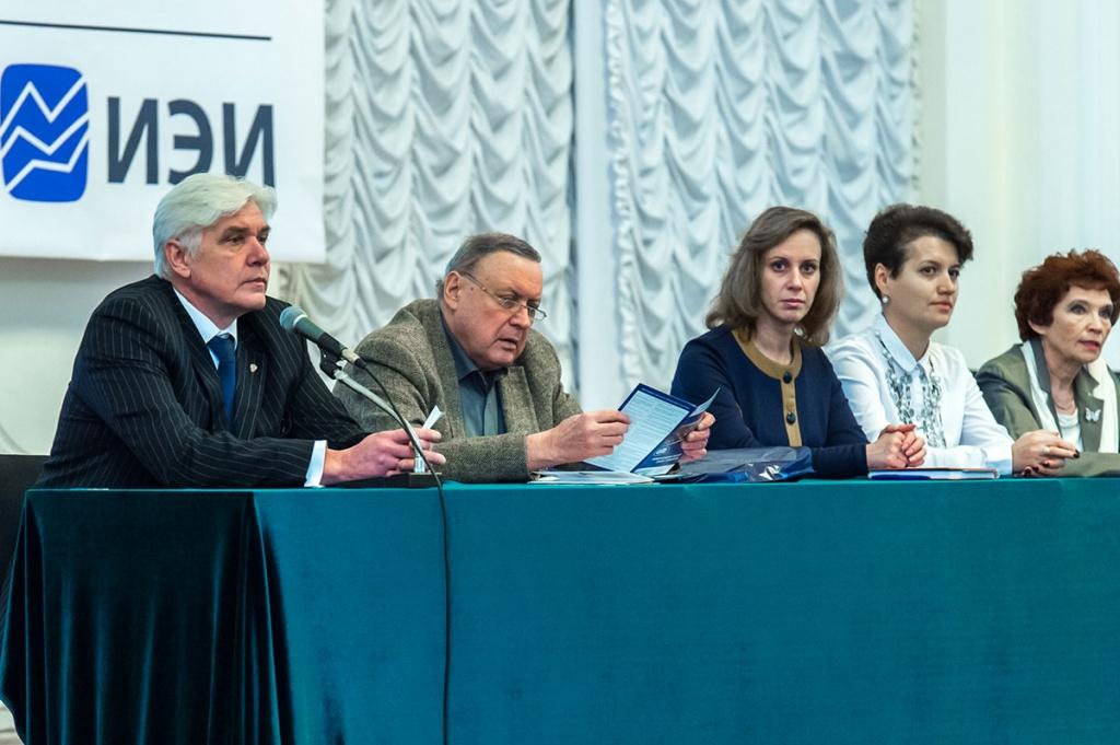 Ответственный секретарь Приемной комиссии СПбПУ В.Ю.Родионов и представители кафедр ИЭИ