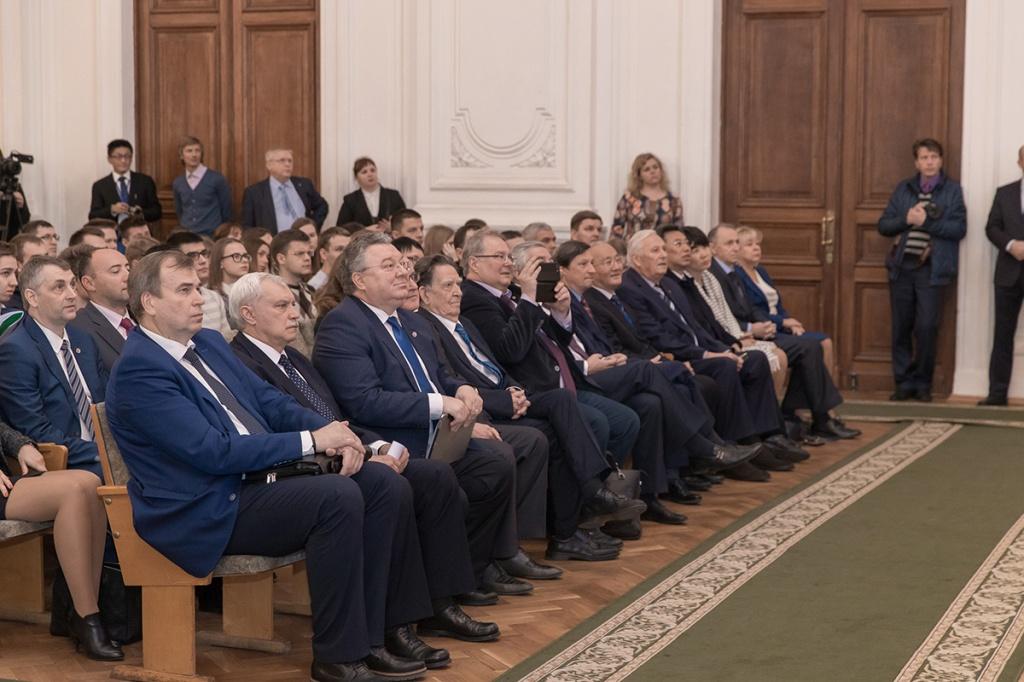 Среди почетных гостей мероприятия – руководство Санкт-Петербурга, делегации российских и зарубежных академических институтов и вузов, представителей предприятий