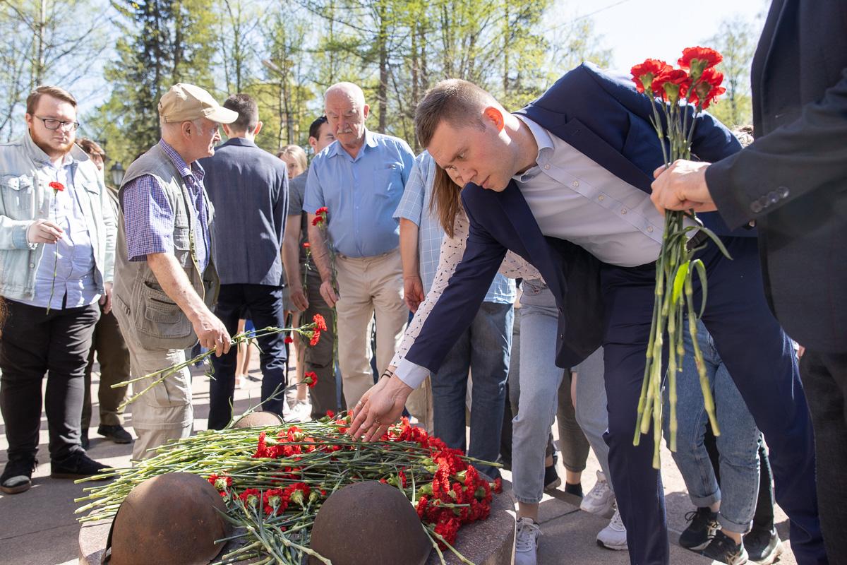 Митинг завершился возложением цветов к Памятнику погибшим политехникам