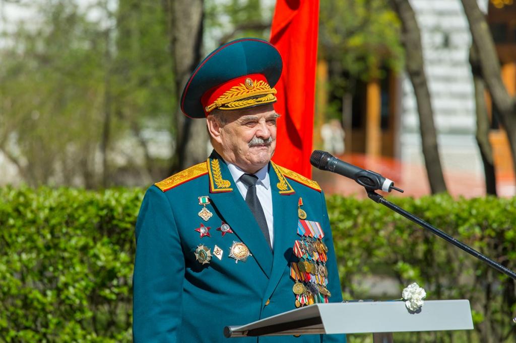 Участник боевых действий, генерал-полковник А.И. Зайцев отметил в своей речи беспримерное мужество многонационального российского народа
