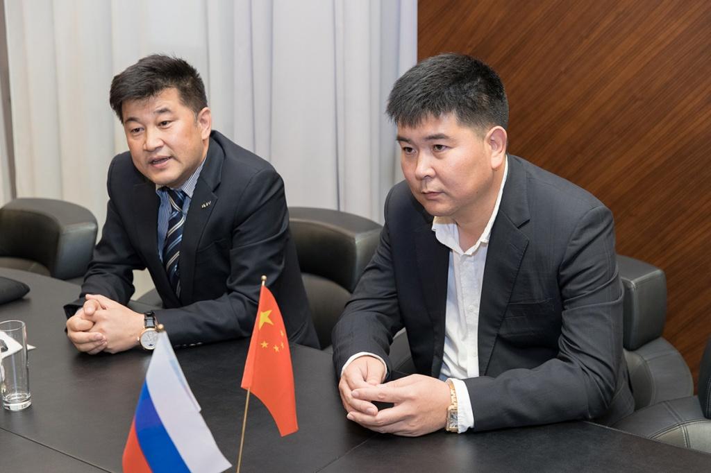 Во встрече принимали участие президент ENV Ван Хуа и генеральный директор Ван Циншен