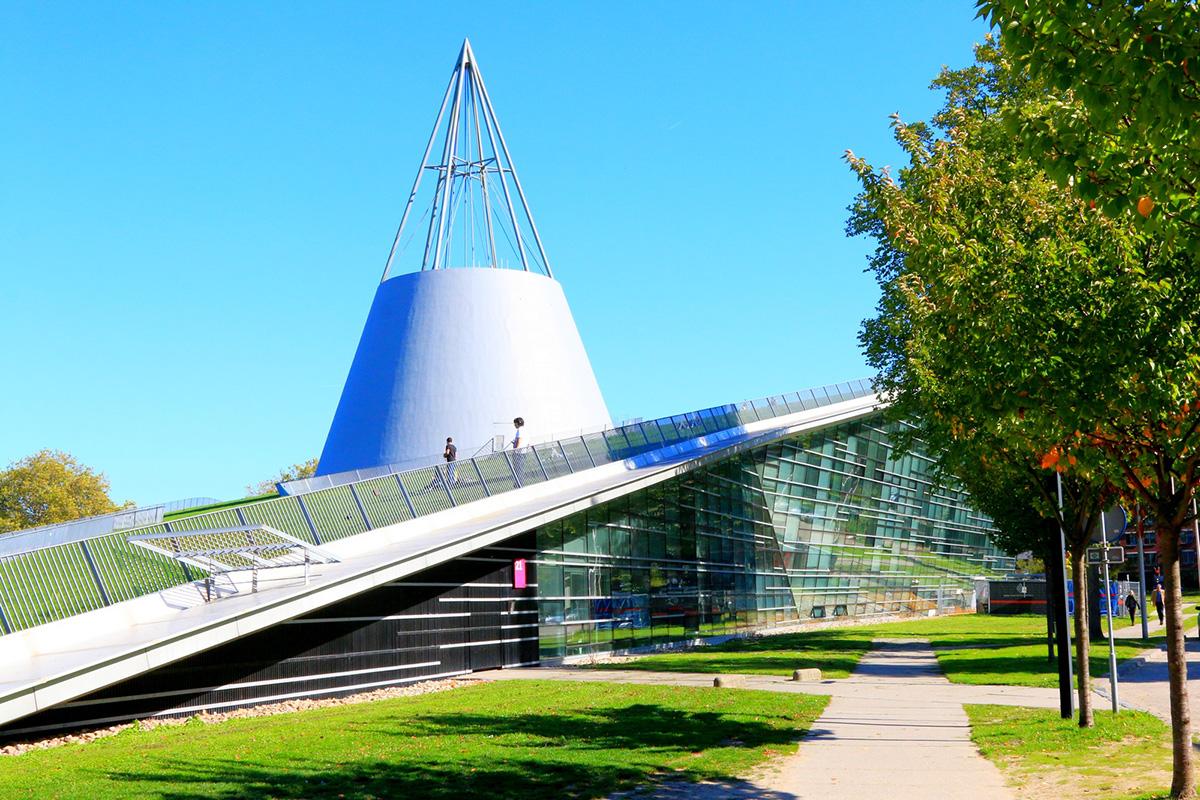 Библиотека ТУ Делфта как будто вырастает из земли, ее крыша покрыта травяным газоном