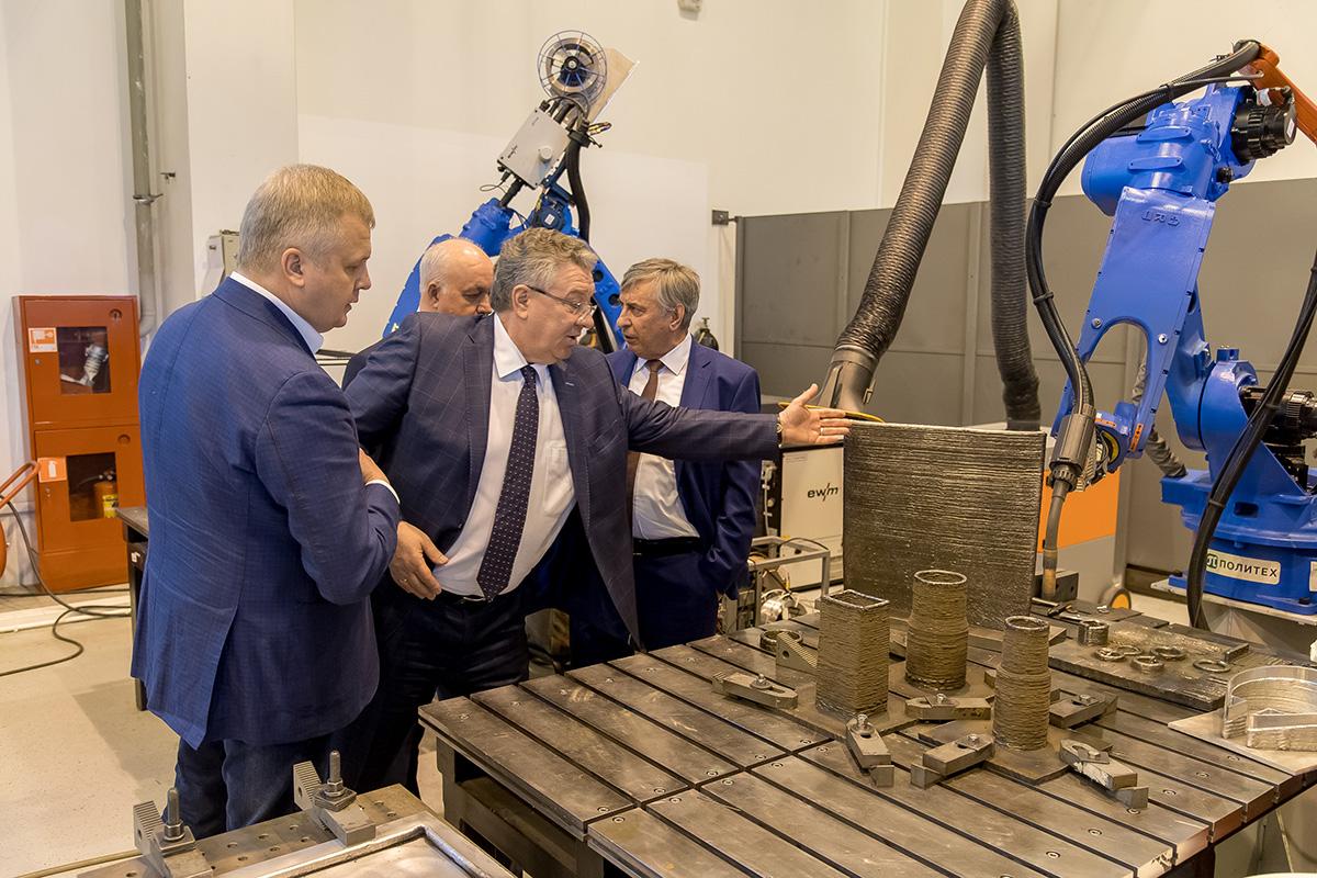 Ректор Политеха Андрей РУДСКОЙ проводит экскурсию в Лаборатории легких материалов и конструкций