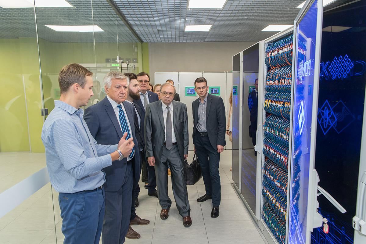 Делегации СЗИУ РАНХиГС показали суперкомпьютерный центр