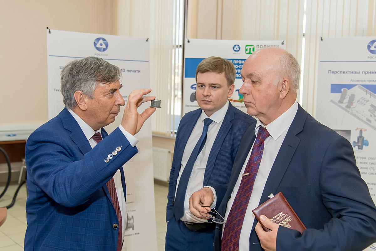 Директор ИММиТ Анатолий ПОПОВИЧ рассказывает гостям о работе лаборатории