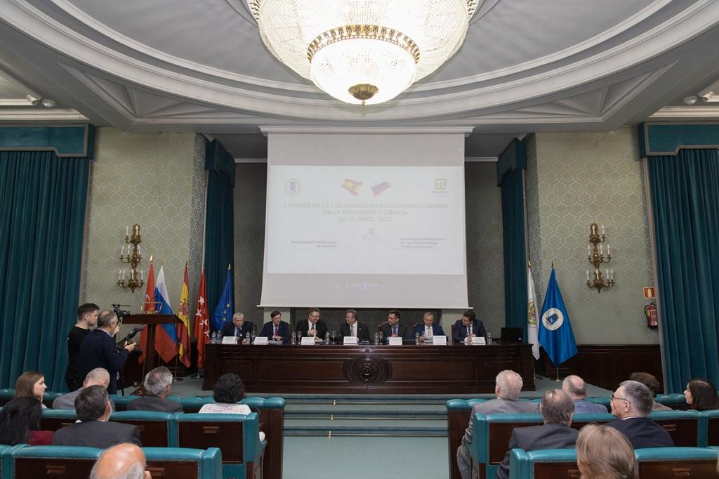 В торжественной обстановке ректорами был подписан договор о сотрудничестве между вузами