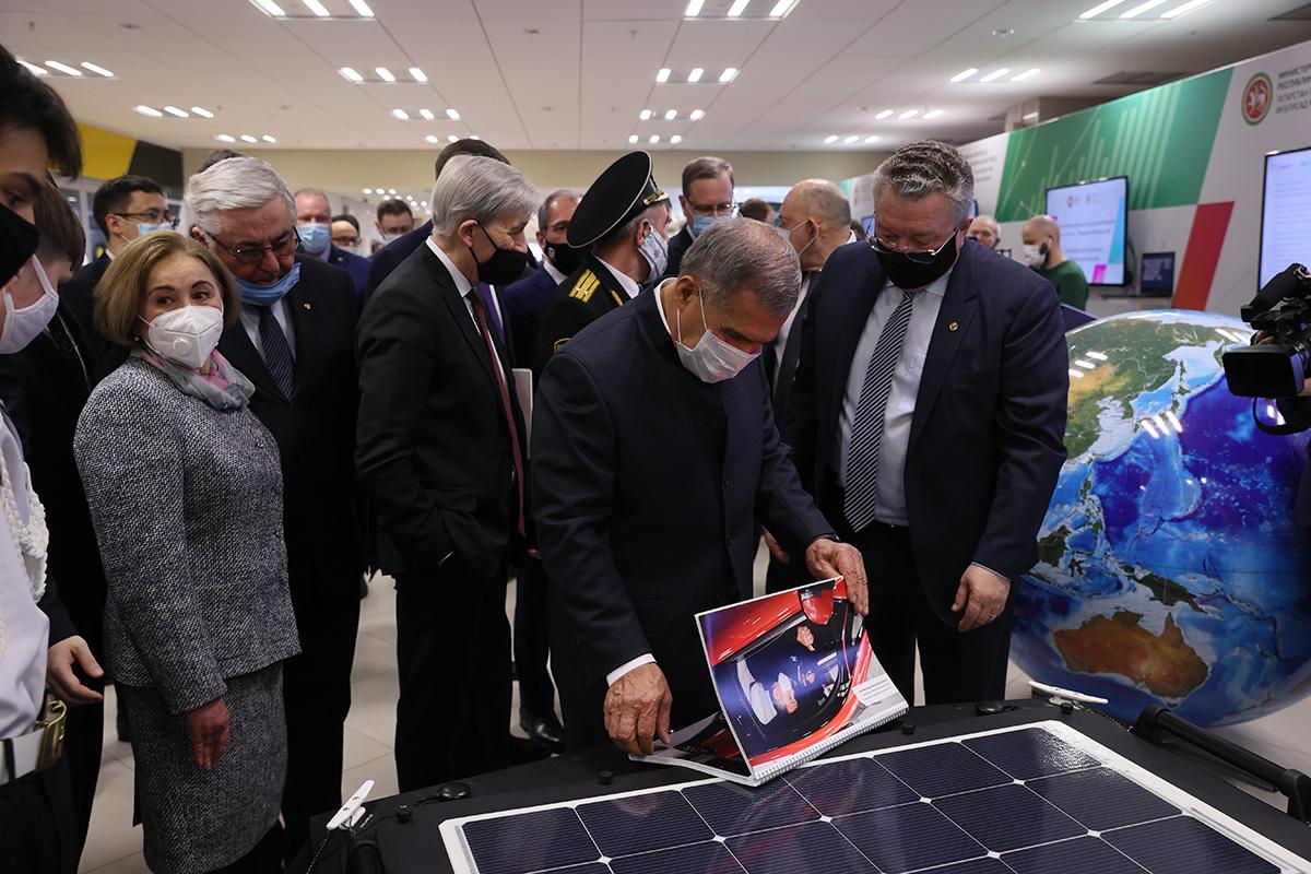 Рустам Минниханов смотрит буклет, посвященный реализации совместного с ПАО «КАМАЗ» проекта «КАМА-1»
