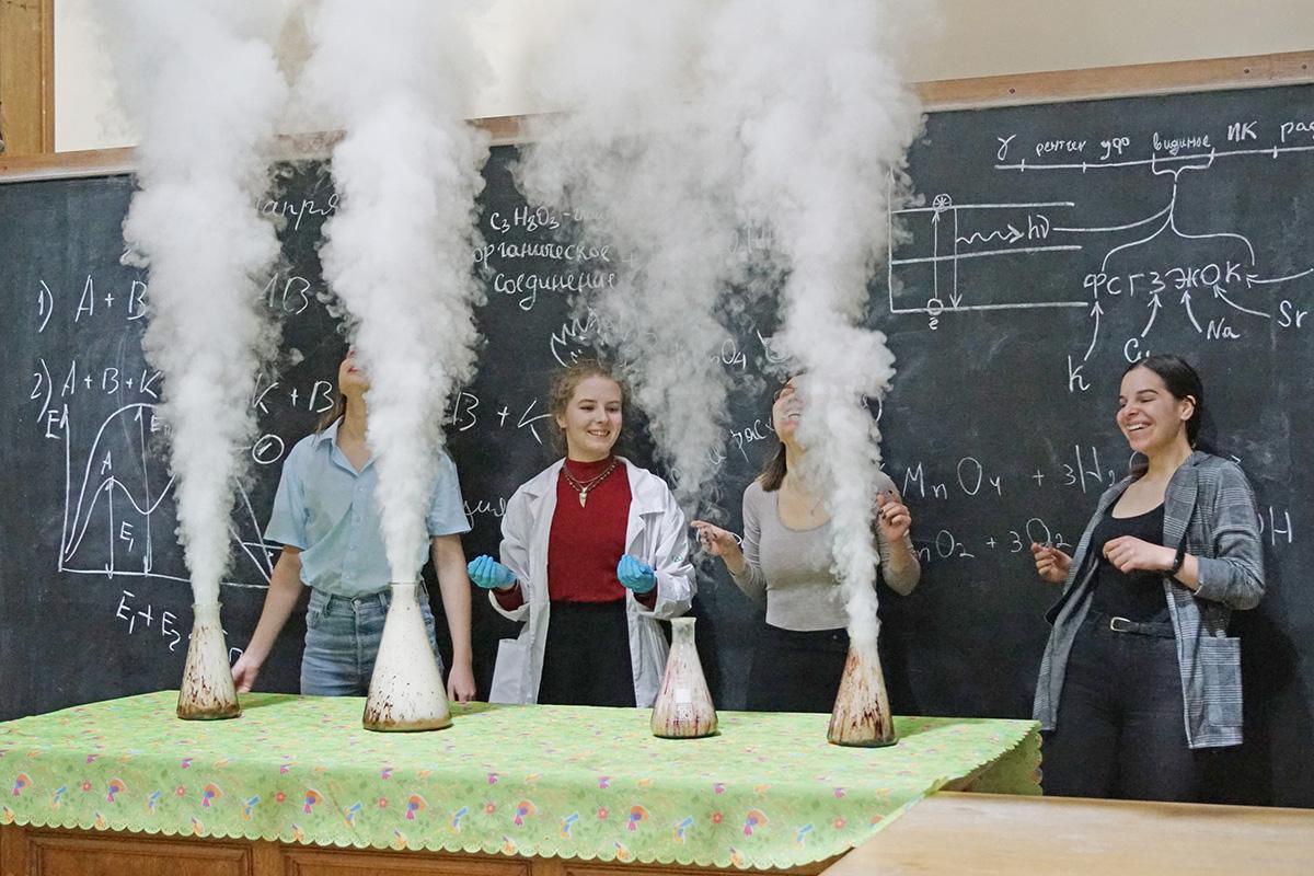В конце мероприятия студенты и аспиранты Политеха устроили настоящее химическое шоу