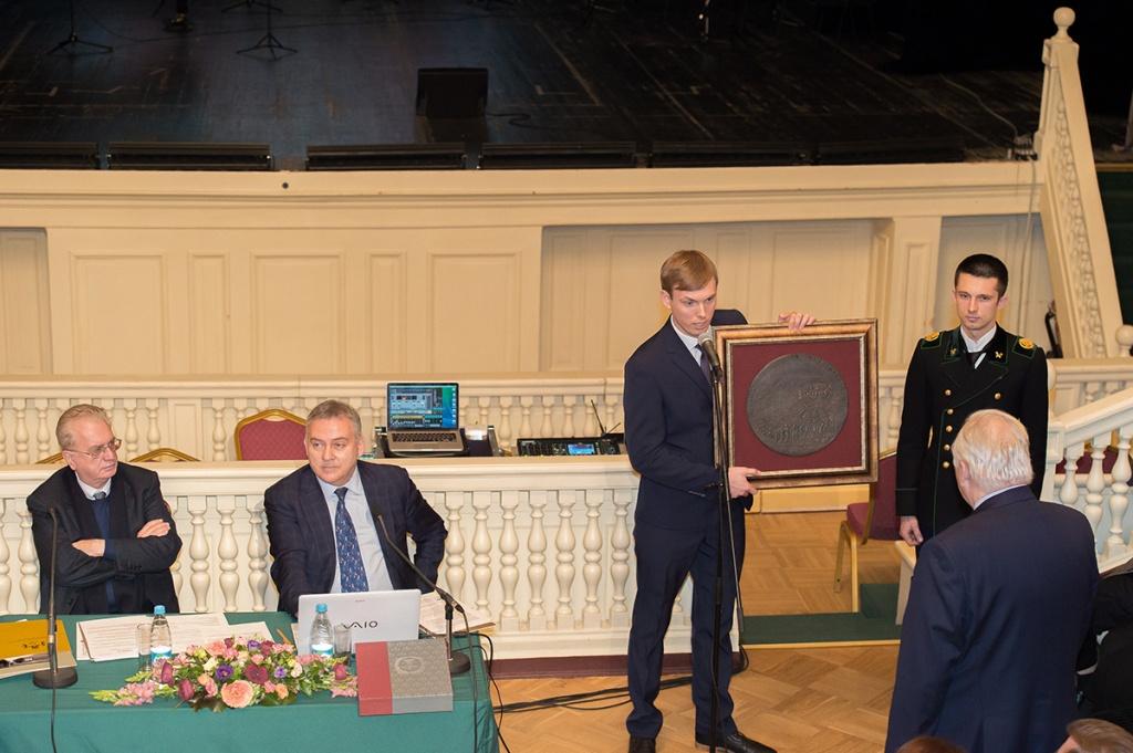 В День мецената и благотворителя выпускники преподнесли в дар университету набор факсимильных копий медалей начала XVIII века