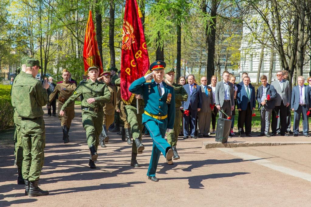 Под звуки марша Война народная были вынесены исторические знамена Политехнического университета и Выборгского полка 3-ей Фрунзенской дивизии народного ополчения