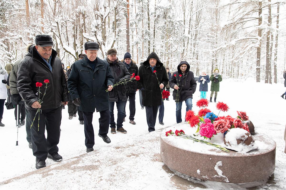 Участники митинга возложили цветы к Памятнику погибших политехников