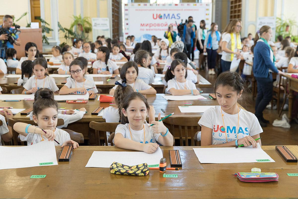 Участницы соревнования должны за 8 минут решить 400 примеров сложностью, соответствующей их возрастной категории