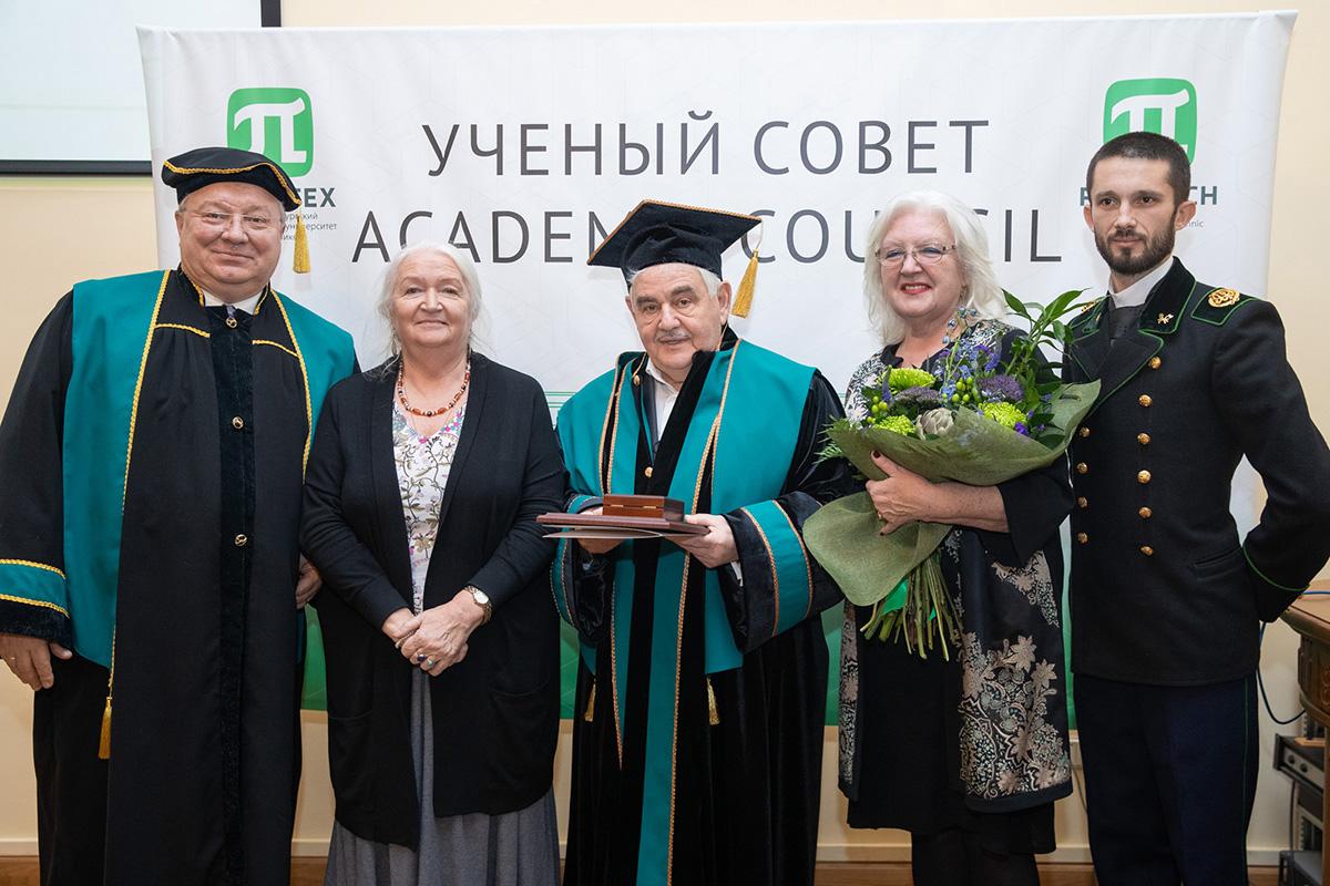 Вручение Леониду Абрамовичу Вайсбергу диплома и мантии Почетного доктора СПбПУ