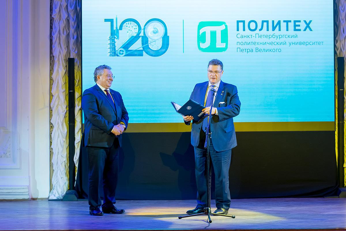 Генеральный директор ООО Газпром трансгаз Санкт-Петербург Георгий ФОКИН объявил о присвоении СПбПУ статуса опорного вуза