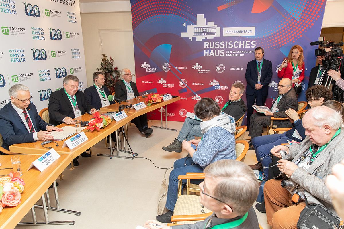 После торжественной церемонии открытия форума состоялась пресс-конференция
