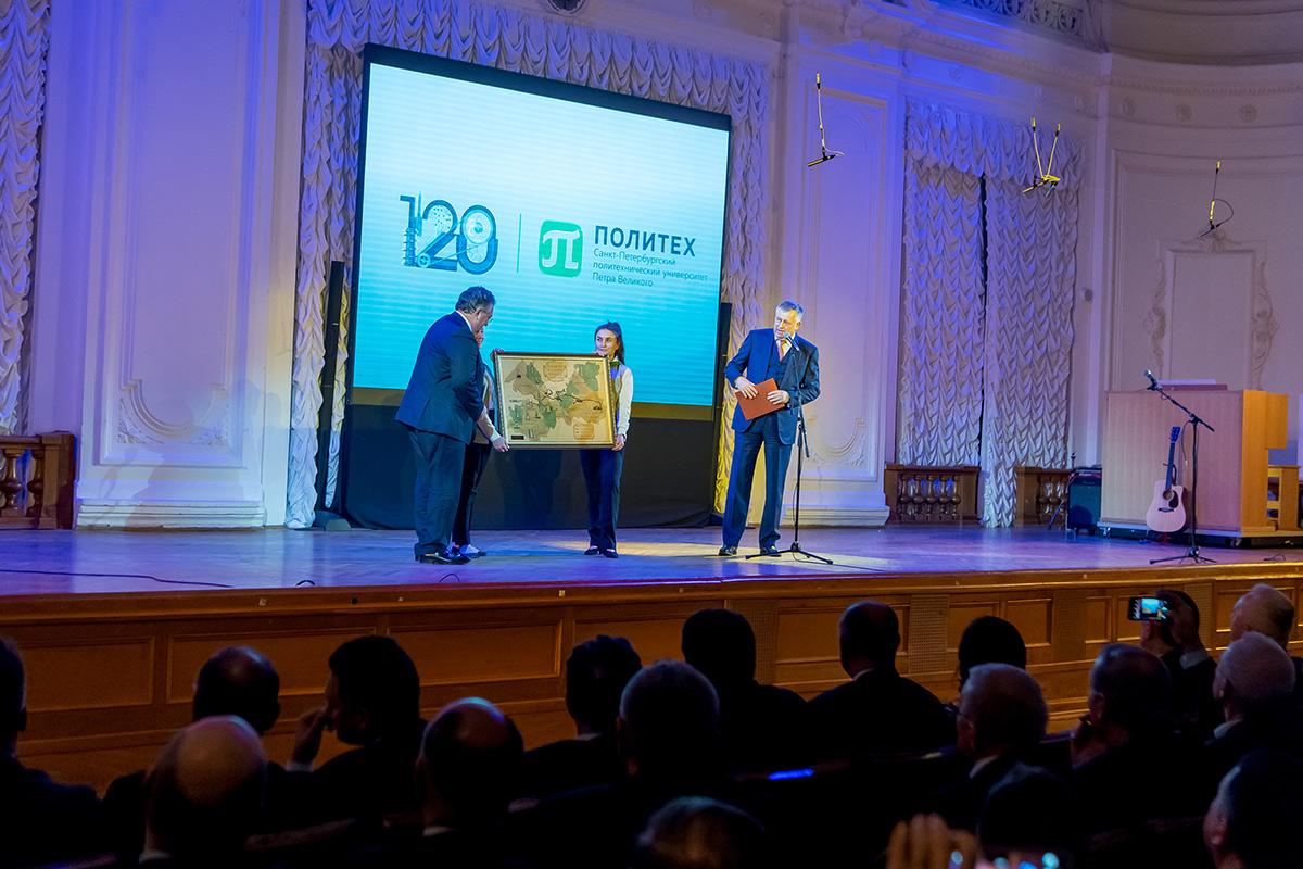Губернатор Ленинградской области Александр ДРОЗДЕНКО пожелал Политеху подготовить еще много талантливых специалистов и вручил подарок
