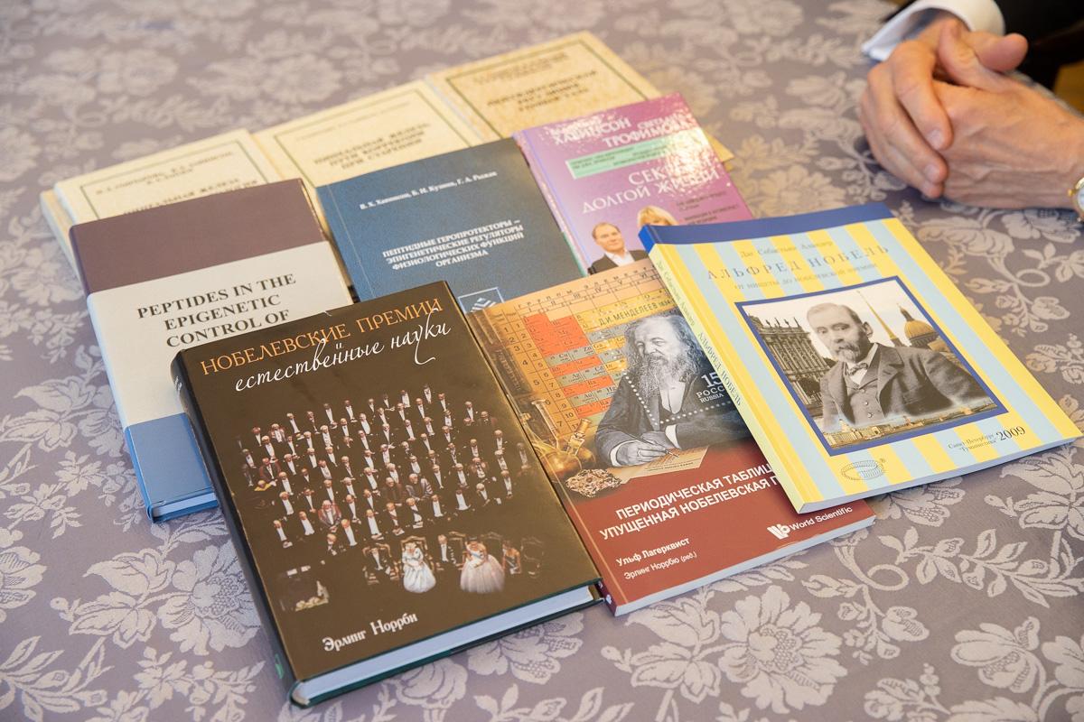 Владимир ХАВИНСОН подарил Политехническому университету книги