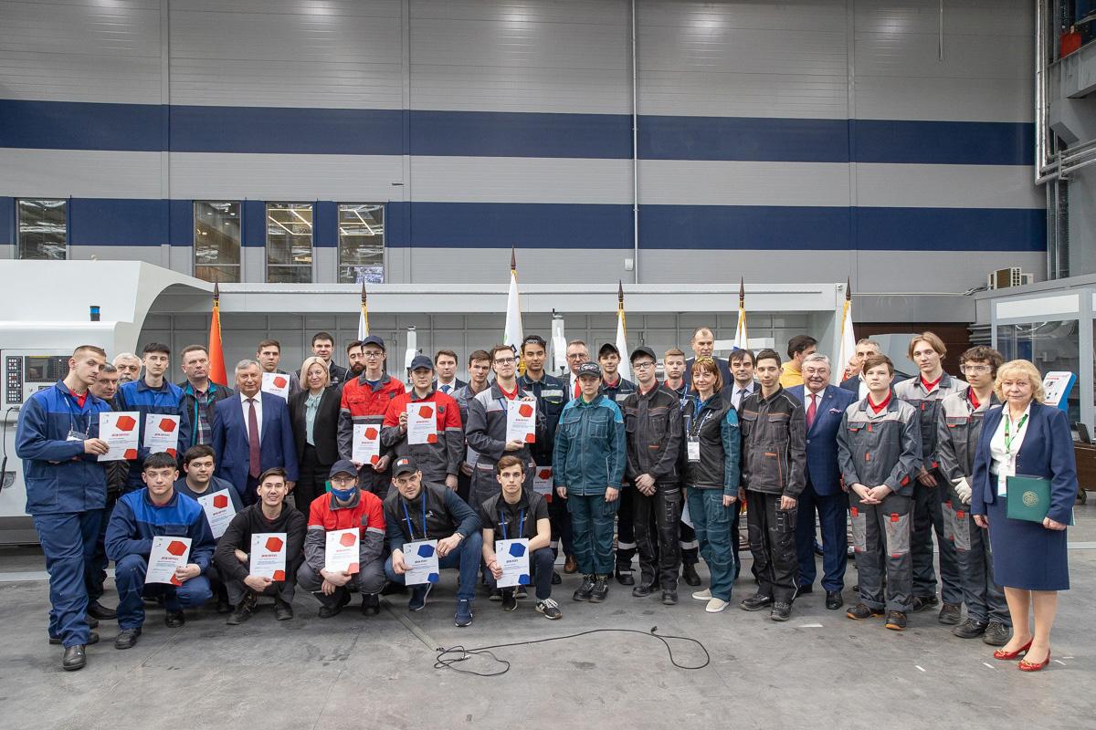 Гости и участники финальных соревнований WorldSkills Russia по компетенции «Командная работа на производстве» –