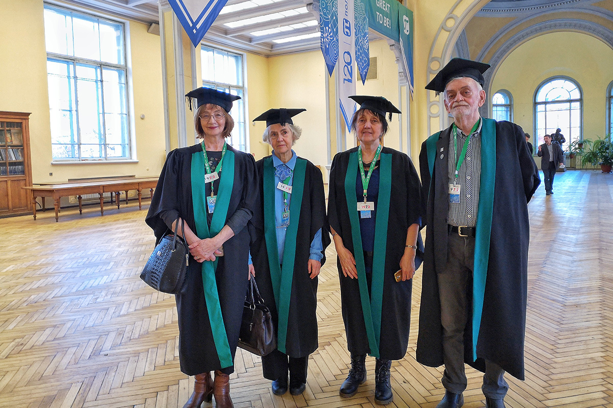 Выпускники 1972 года Л.А. Еловикова, Т.Б. Попова, Е.Ю. Александрович и В.М. Плакунов сумели пронести дружбу через десятилетия