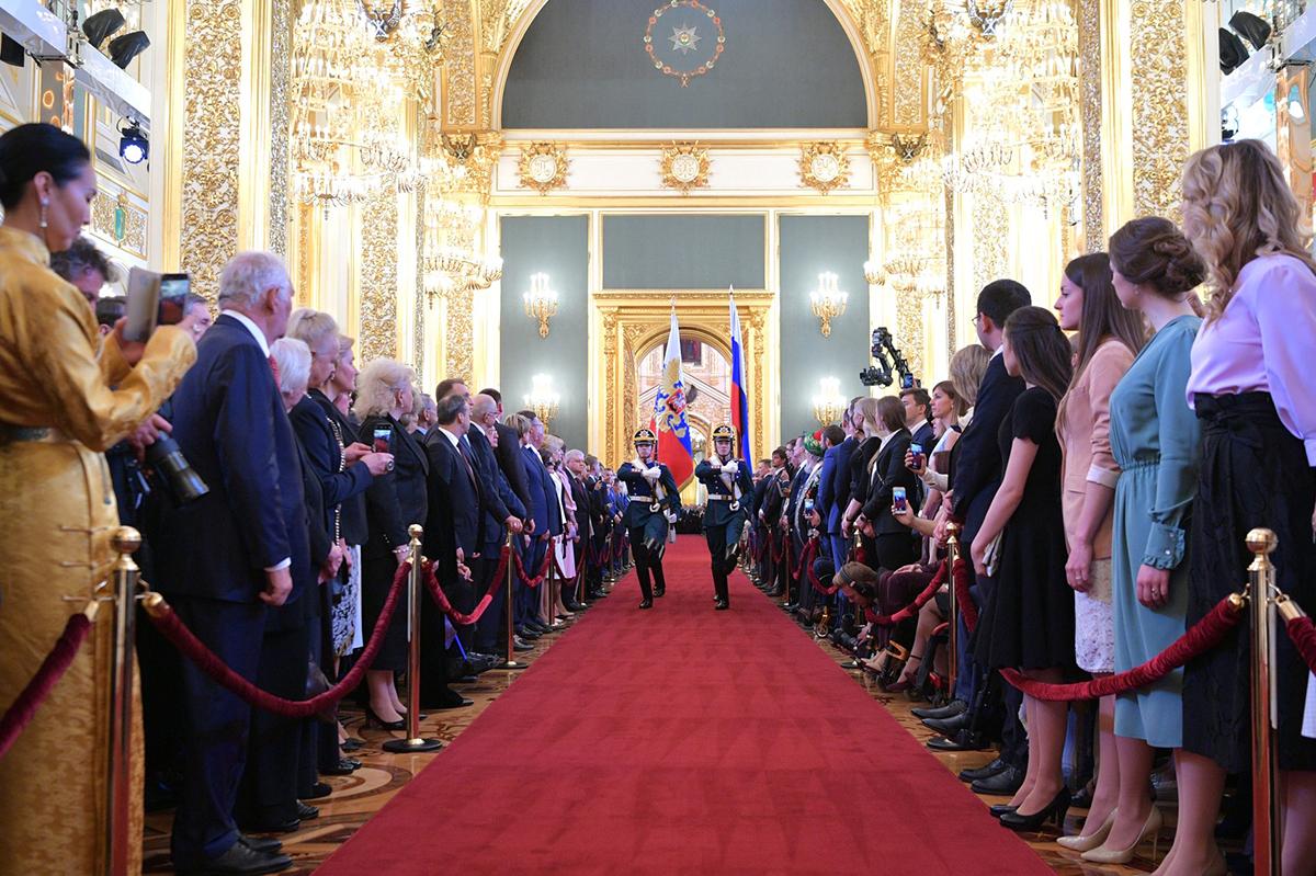 Церемония инаугурации началась с торжественного внесения Государственного флага России