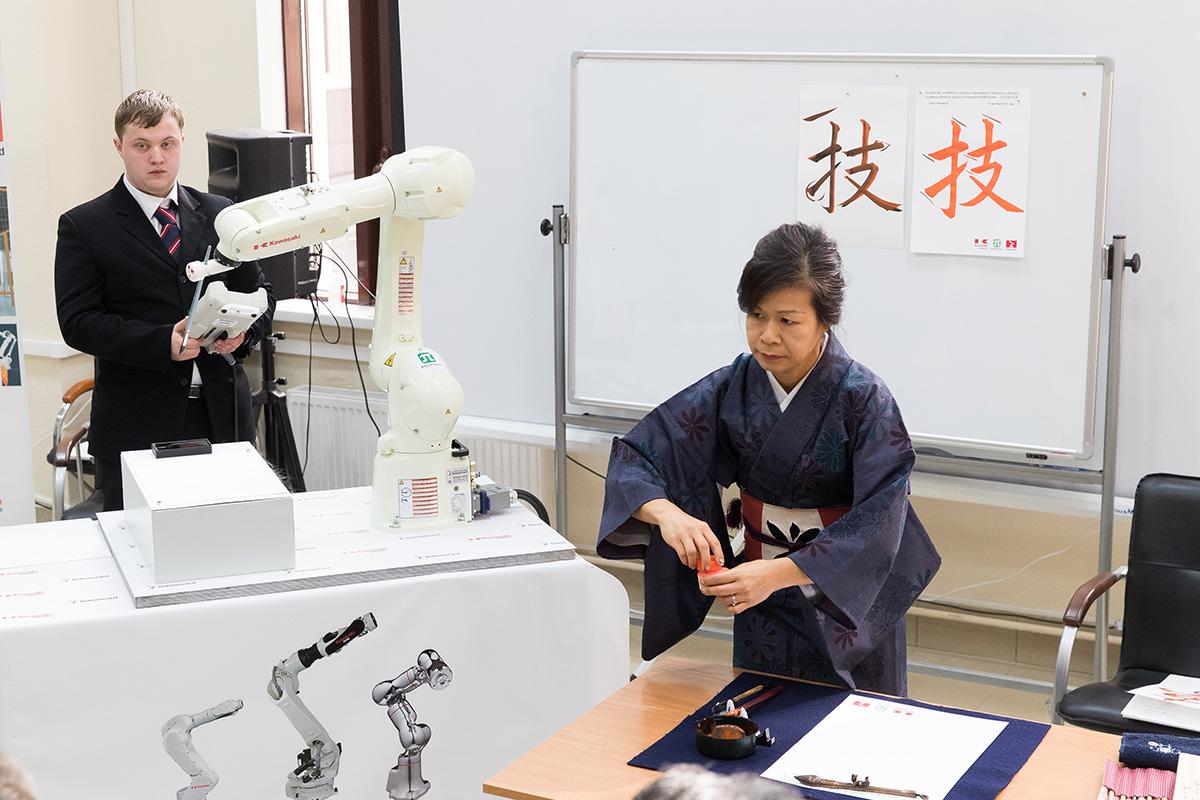 Почетные гости наблюдали за противостоянием робота и каллиграфа