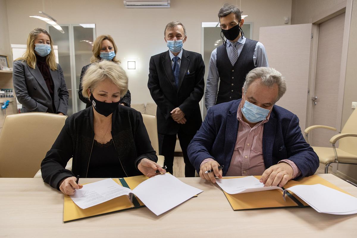 Проректор по образовательной деятельности СПбПУ Елена Разинкина и президент Санкт-Петербургского отделения PMI Максим Гришин подписали соглашение о сотрудничестве