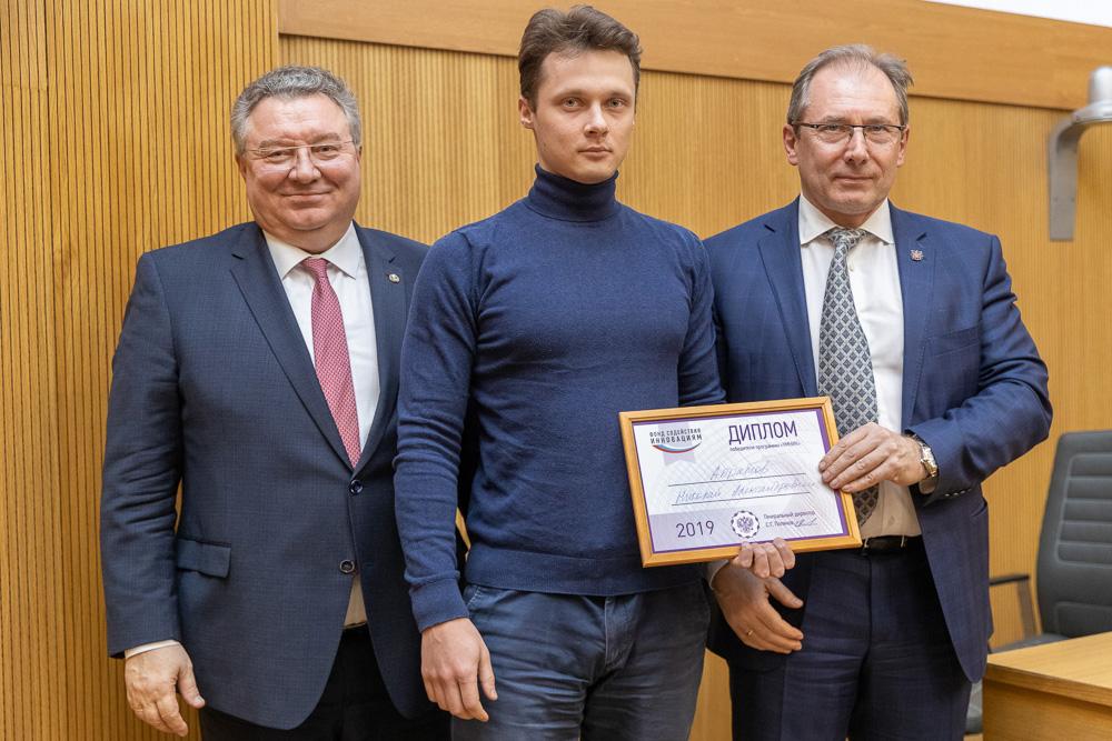 Победителей в направлении «Цифровые технологии» наградил председатель комитета по промышленной политике, инновациям и торговле Санкт-Петербурга Юрий Калабин (справа)
