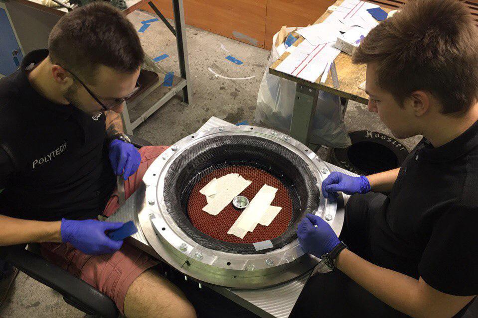 Участники команды работают над созданием углепластикового колесного диска
