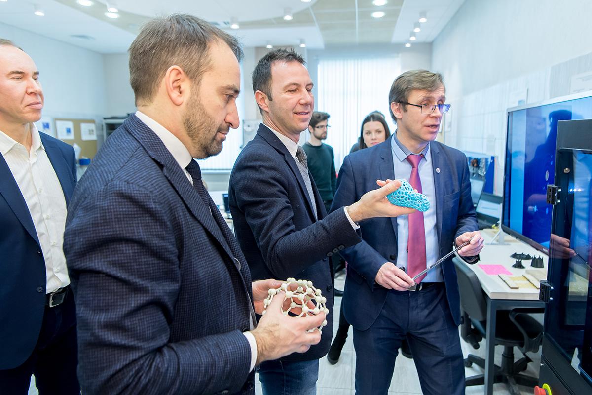 Представителям Туринского Политеха и «Газпром нефти» рассказали о деятельности СПбПУ
