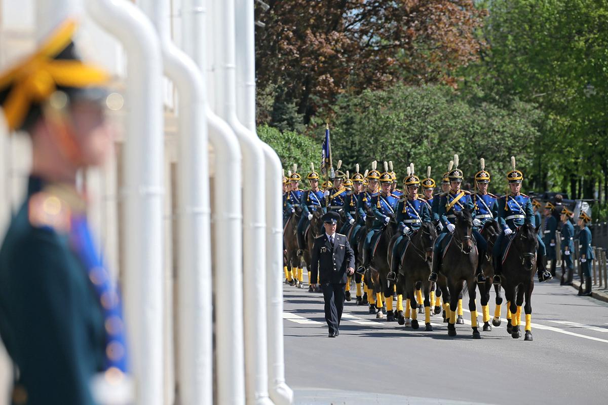 В завершение церемонии инаугурации на Соборной площади прошел парад Кремлевского полка