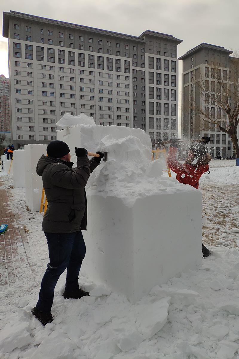 Студенты Политеха решили сделать для конкурса снежную матрешку