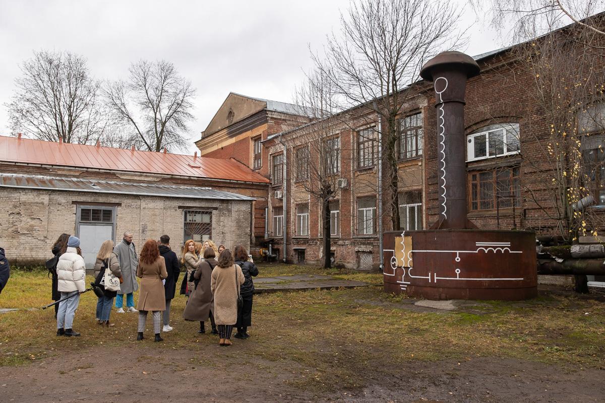Далее пресс-тур продолжился на территории кампуса Политеха – во дворе Механического корпуса и около Гидробашни
